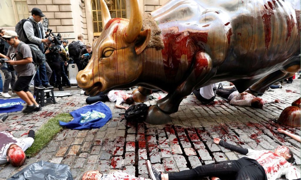 Climate change activists protest at the Wall Street Bull in Lower Manhattan during Extinction Rebellion protests in New York City, New York, U.S., October 7, 2019. REUTERS/Mike Segar - RC17FB7ED2A0