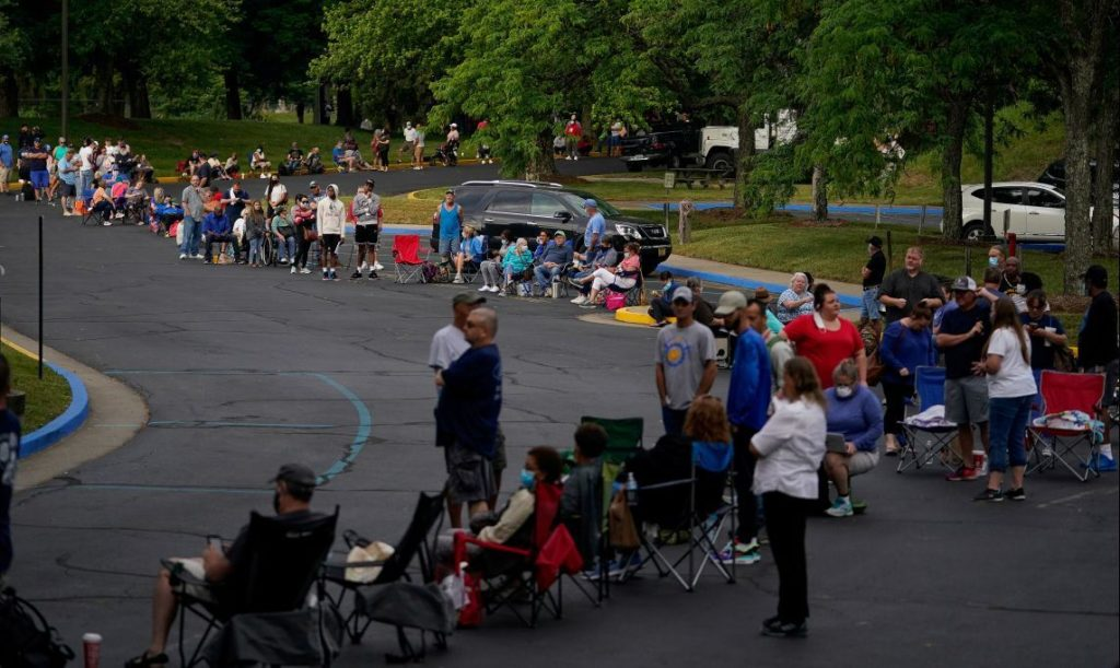 People line up outside Kentucky Career Center prior to its opening to find assistance with their unemployment claims in Frankfort, Kentucky, U.S. June 18, 2020. REUTERS/Bryan Woolston     TPX IMAGES OF THE DAY - RC2OBH9X9472