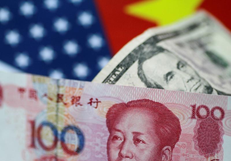 Юань и доллар. REUTERS/Thomas White/Illustration