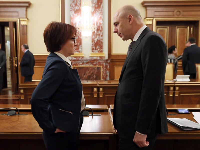 """MOSCOW, RUSSIA - NOVEMBER 9, 2017: Russian Central Bank Governor Elvira Nabiullina (L) and Russia's Finance Minister Anton Siluanov talk ahead of a meeting of the Russian Government. Yekaterina Shtukina/Russian Government Press Office/TASS  îññèß. Œîñêâà. 9 íîßáðß 2017. ðåäñåäàòåëü –åíòðàëüíîãî áàíêà """" ëüâèðà àáèóëëèíà è ìèíèñòð ôèíàíñî⠐"""" €íòîí 'èëóàíîâ ïåðåä íà÷àëîì çàñåäàíèß ïðàâèòåëüñòâà """". …êàòåðèíà ˜òóêèíà/ïðåññ-ñëóæáà ïðàâèòåëüñòâà """"/'€''"""