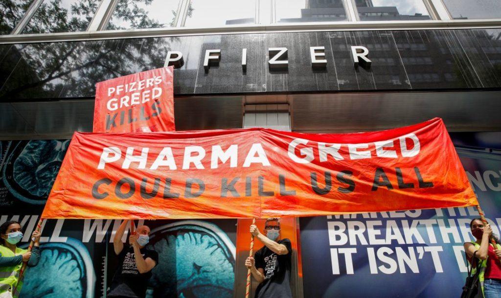 Activists rally for global access to the coronavirus disease (COVID-19) vaccine, outside Pfizer World Headquarters in New York City, New York, U.S., July 14, 2021.    REUTERS/Brendan McDermid - RC2EKO9MKJSD